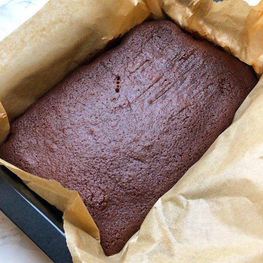 Todelt chokoladekage med chokoladetrøffel