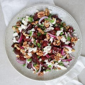 Opskrift på salat med bagte rødbeder og feta