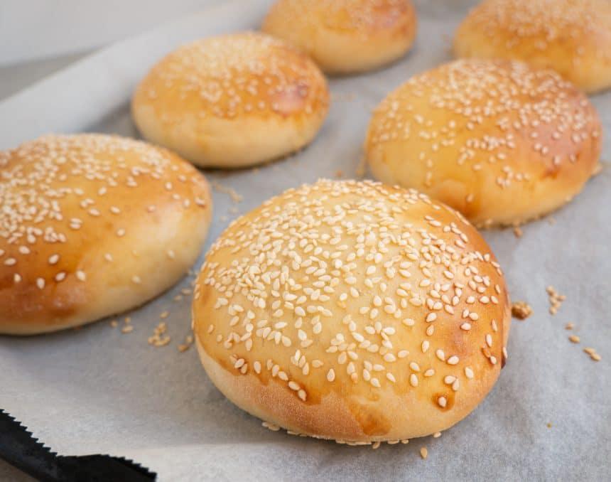 Hjemmelavede burgerboller og hjemmelavet burger