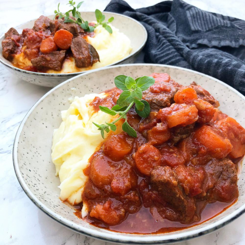 Gullasch med kartoffelmos – Opskrift på simremad
