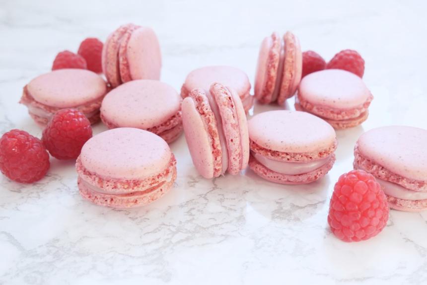 Macarons med hindbær og hvid chokolade