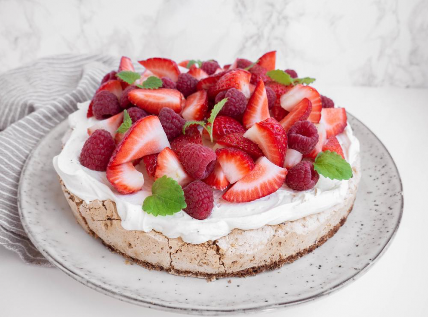 TUC kage - Sommerkage med marcipan og friske bær
