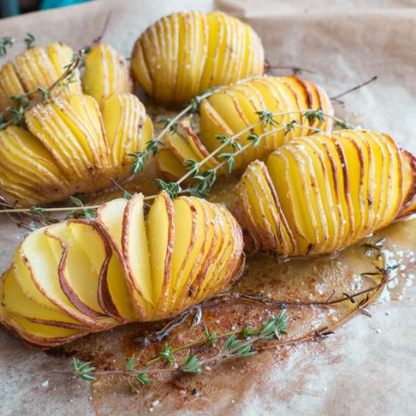 Hasselback kartofler – Bagte, sprøde kartofler