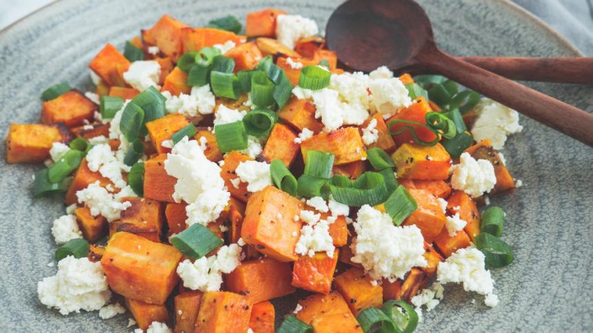 Bagte søde kartofler med fetaost og forårsløg