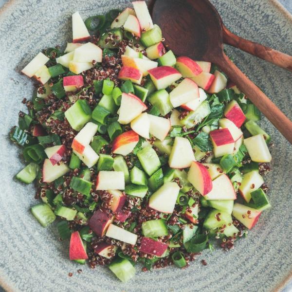 Quinoasalat med æble og agurk