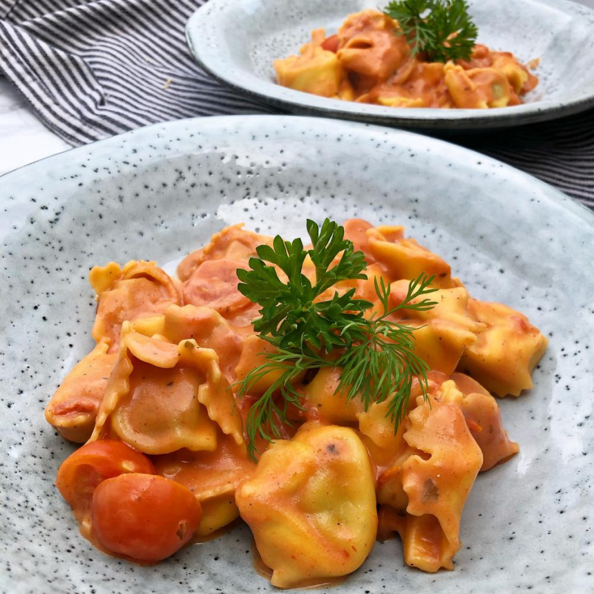 Tortelloni i tomatflødesauce