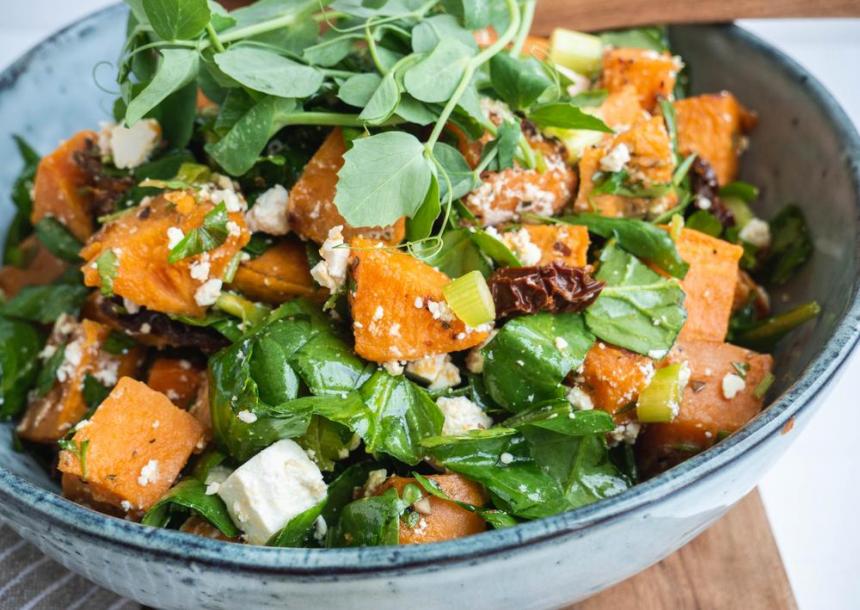 Salat med sød kartoffel, fetaost og spinat