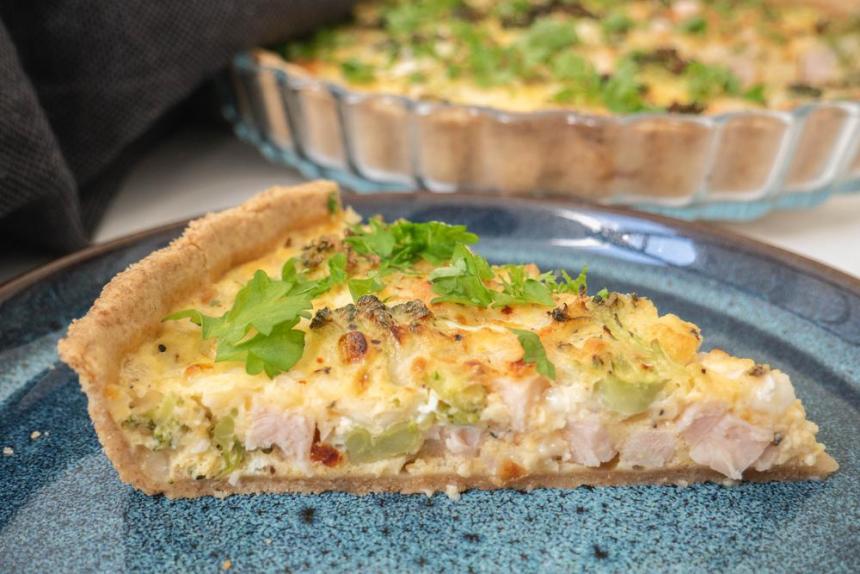 Fuldkornstærte med kylling, hytteost og broccoli