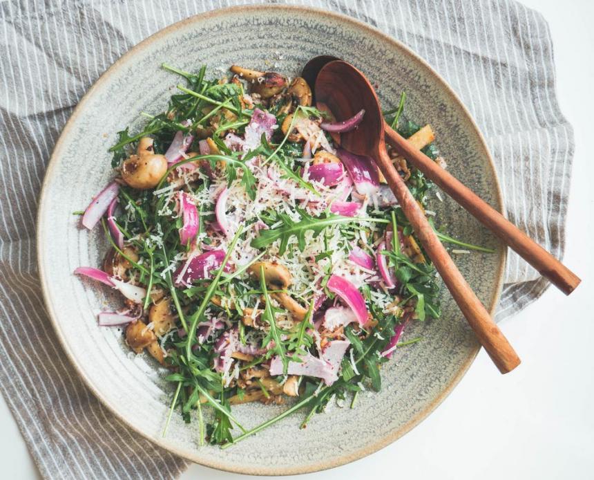 Salat med perlespelt, ristede champignon og syltede rødløg