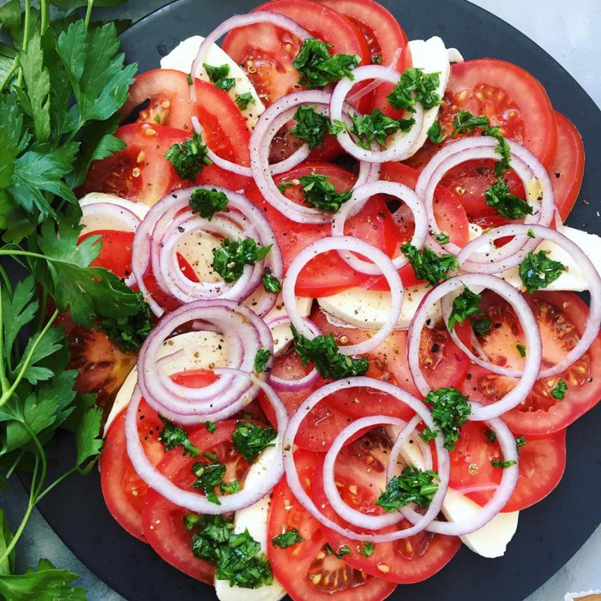 Opskrift på tomatsalat med mozzarella