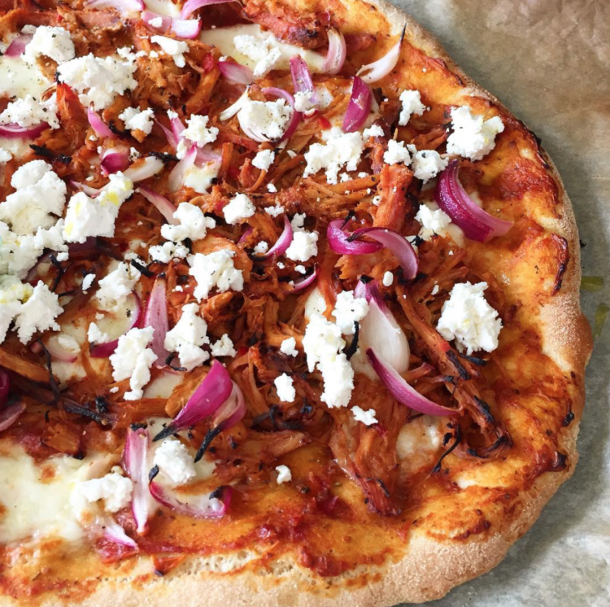 Pizza med barbequesauce og pulled pork