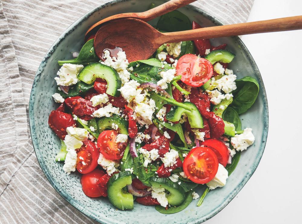 Græsk salat med fetaost og soltørrede tomater