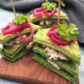 Spinatvafler med tunsalat og syltede rødløg – Sunde madvafler