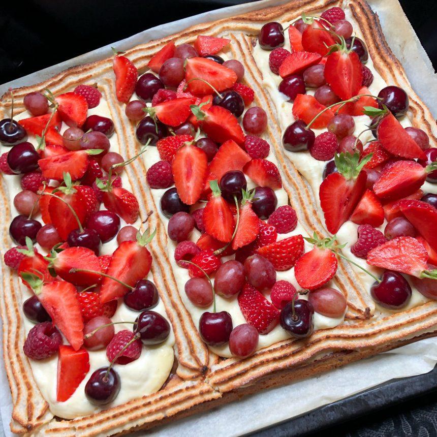 Stor frugttærte med bær