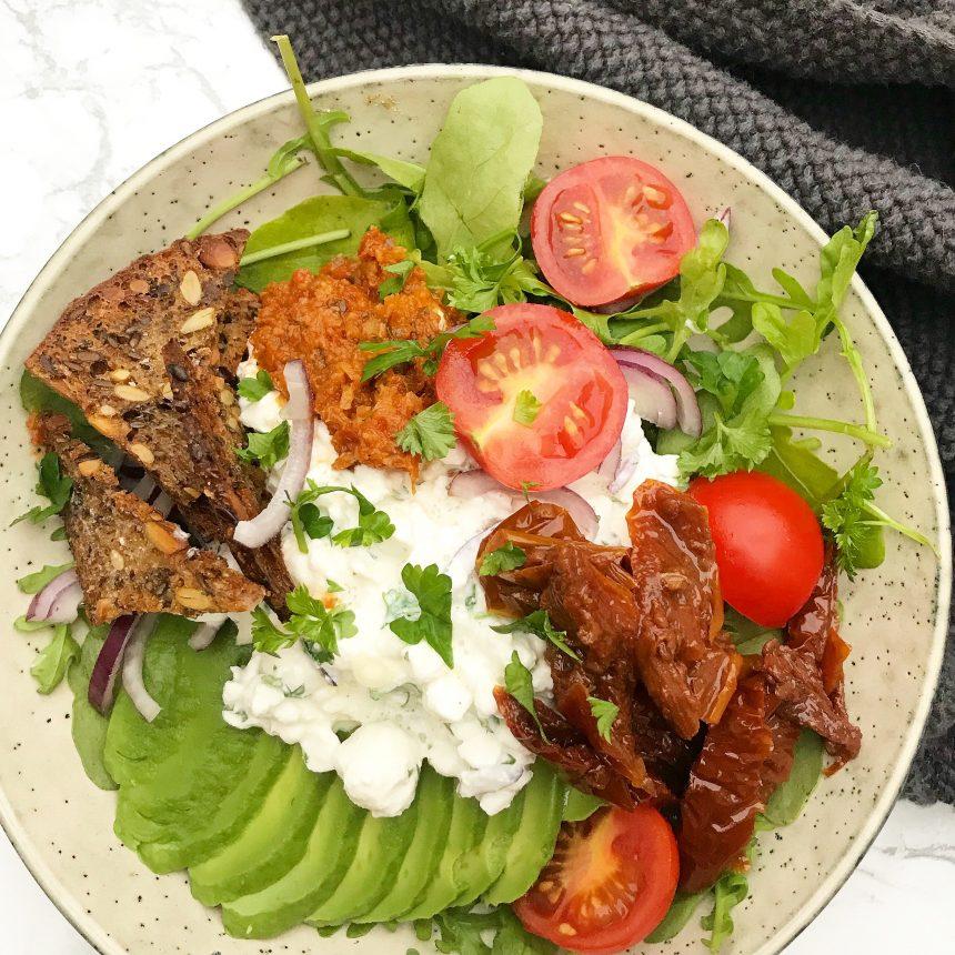 Salat med hytteost, avocado og ristet rugbrød