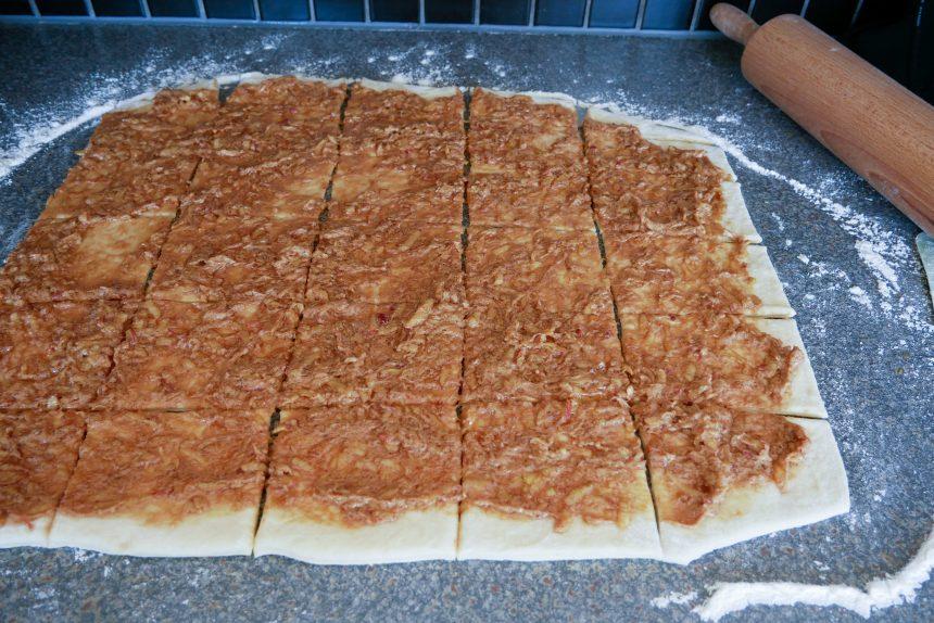 Brug en pizzaskærer til at skære dejen ud