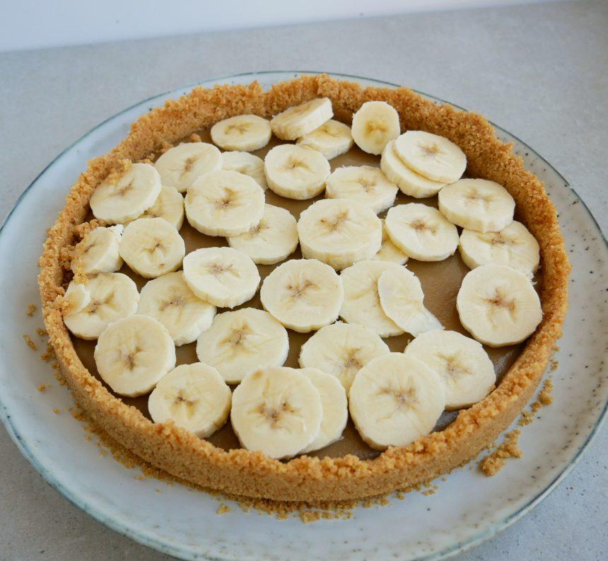 Tilsæt bananskiver ovenpå din banana cream pie