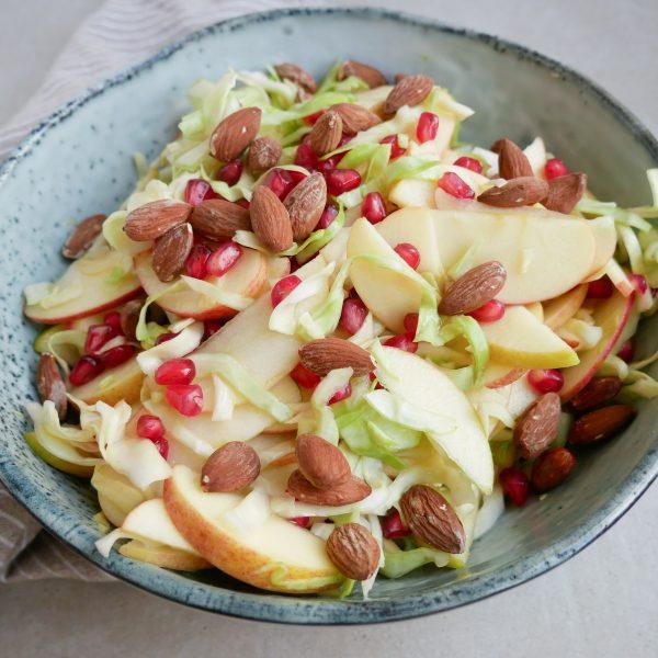 Spidskålssalat med æbler og mandler