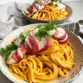 Fyldt kylling med pasta i tomatflødesauce