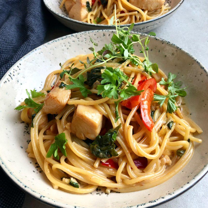 Spaghetti med kylling, spinat og peberfrugt