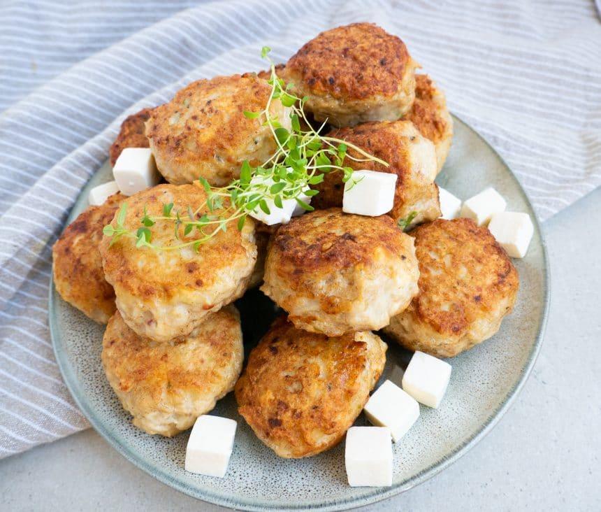 Opskrift på kyllingefrikadeller med feta og purløg