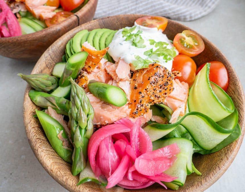 salatbowls med laks og hvidløgsdressing