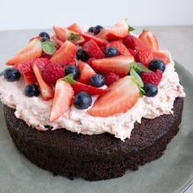 Chokoladekage med rabarberskum