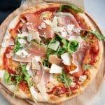 Opskrift på pizzadej der ikke kræver æltning og er koldhævet