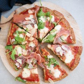 Sundere pizza med serranoskinke og rucola