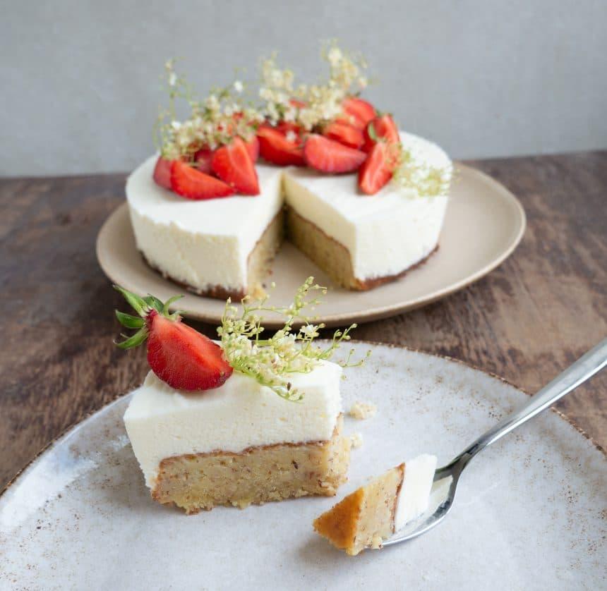 Opskrift på mazarinkage med hyldeblomstmousse og hvid chokolade
