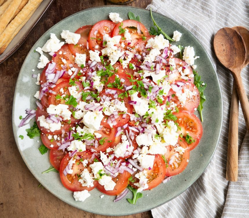 Nem opskrift på tomatsalat med feta og rødløg