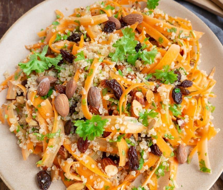 Nem og lækker opskrift på quinoasalat med gulerødder og rosiner