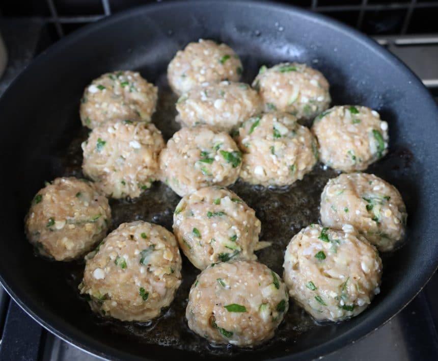 Kyllingefrikadeller med hytteost og spinat