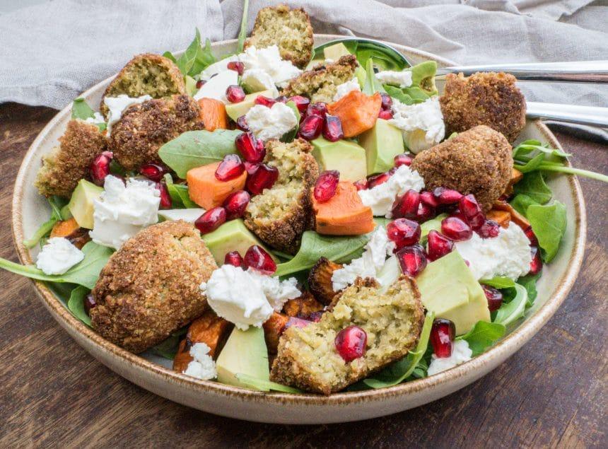 Opskrift på salat med falafler og søde kartofler