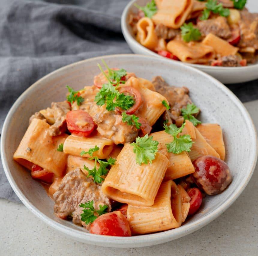 pasta med flanksteak og cherrytomater
