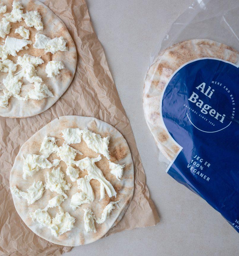 bagte fladbrød med hvidløgsstegte cherrytomater og ost