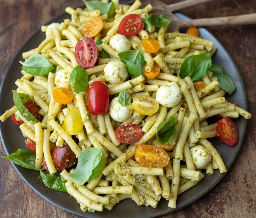 Pastasalat med pesto, mozzarella og tomat