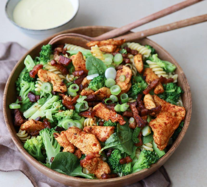 pastasalat med kylling, bacon og karrydressing